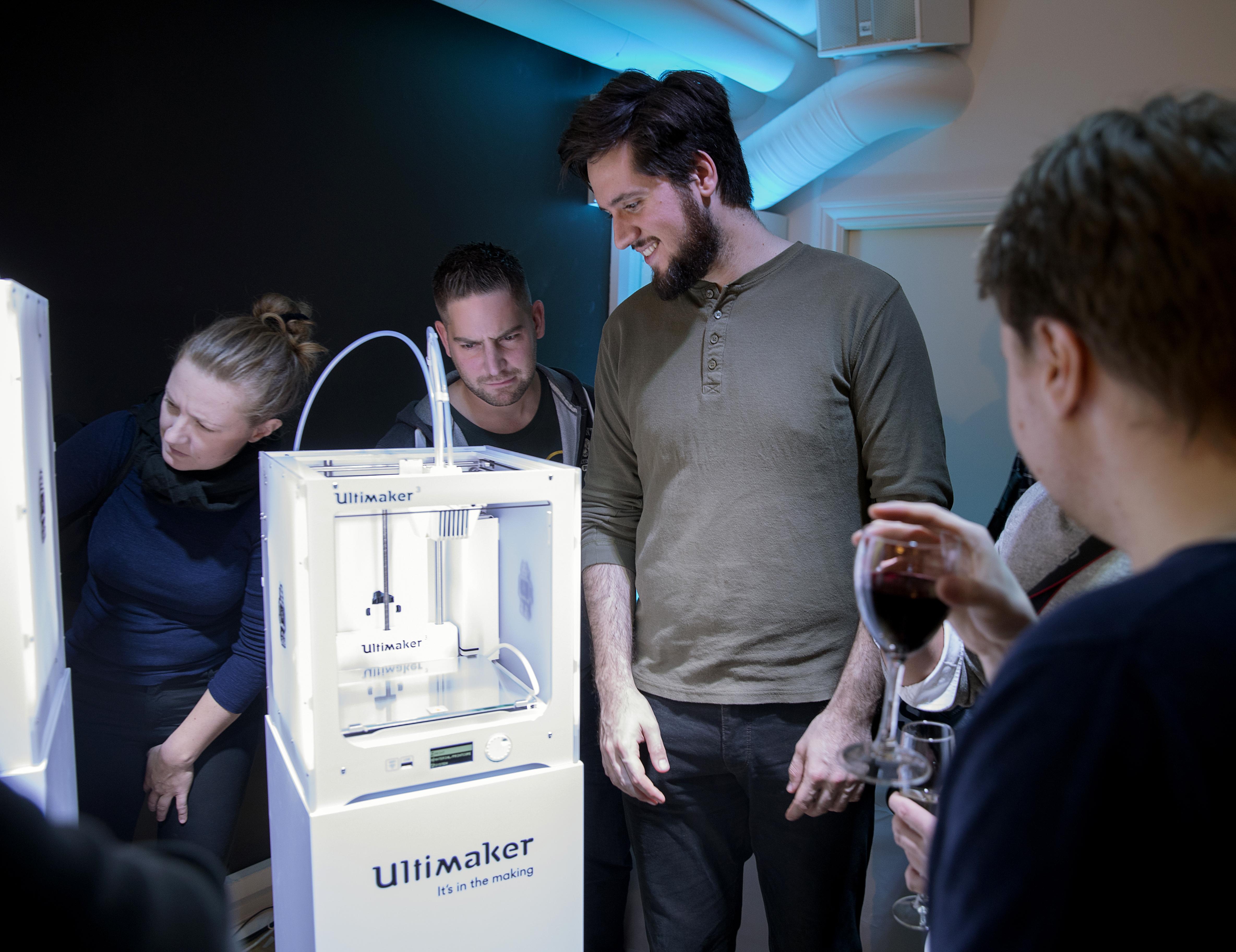 Nyfikna besökare från industri, tekniska universitet och arkitektkontor minglade och såg närmare på de nya modellerna. FOTO: Stefan Jerrevång