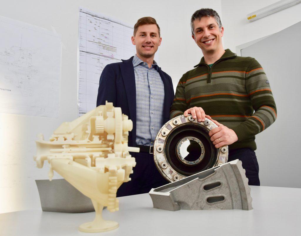 Fabrizio Bussi (vänster) och Massimo Giambra, är två ingenjörer som varit med och utvecklat metalldelarna till motorn. Bild: Tomas Kellner, GE Reports.