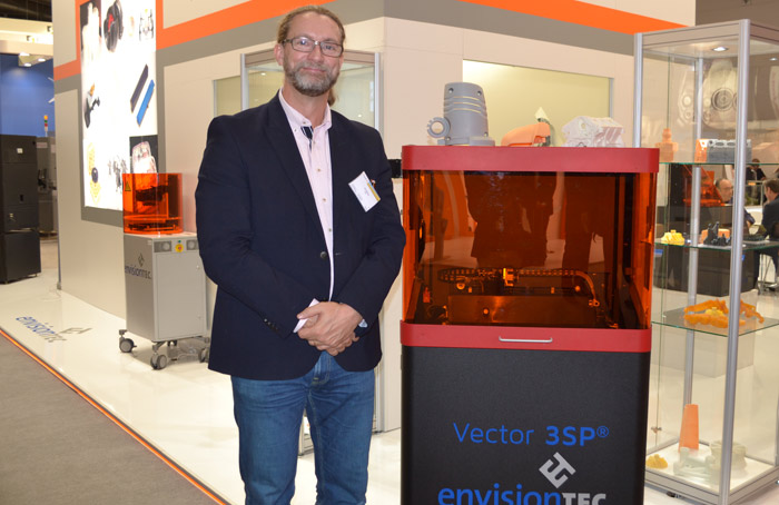 Pär Nobring vd för r.a.p.s., som är svensk ÅF för EnvisionTEC, bredvid föregångaren till Hi-Res Vector 3SP.