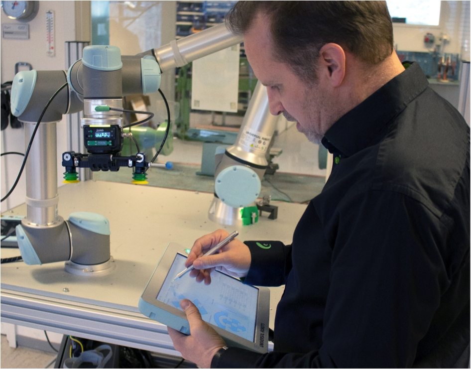 """Anders har varit med i ett projekt där det tagits fram en integrerad vakuumpump """"piCOBOT"""" för den danska robottillverkaren """"Universal Robots"""". Skyddskåporna som sitter på piCOBOT:en är 3d-printade. I projektet behövdes även en testfixtur för att verifiera alla funktioner på piCOBOTEN innan leverans till kund. Även denna har en del tekniska lösningar som är 3d-printade."""
