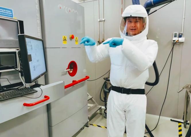 Markus Uhlirsch i labbet för additiv tillverkning av metaller på Swerim.
