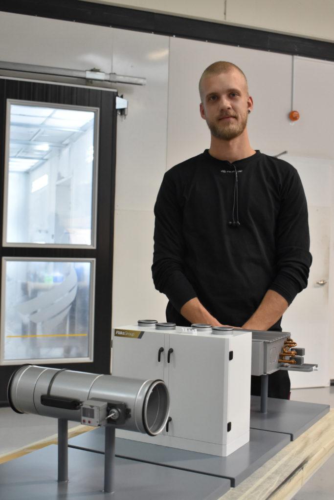 På företaget finns även modellsnickare som med hjälp av teknikerna tar fram detaljerade modeller. På bild syns Victor Sollenby med en nygjord skalmodell av en ventilationsutrustning.