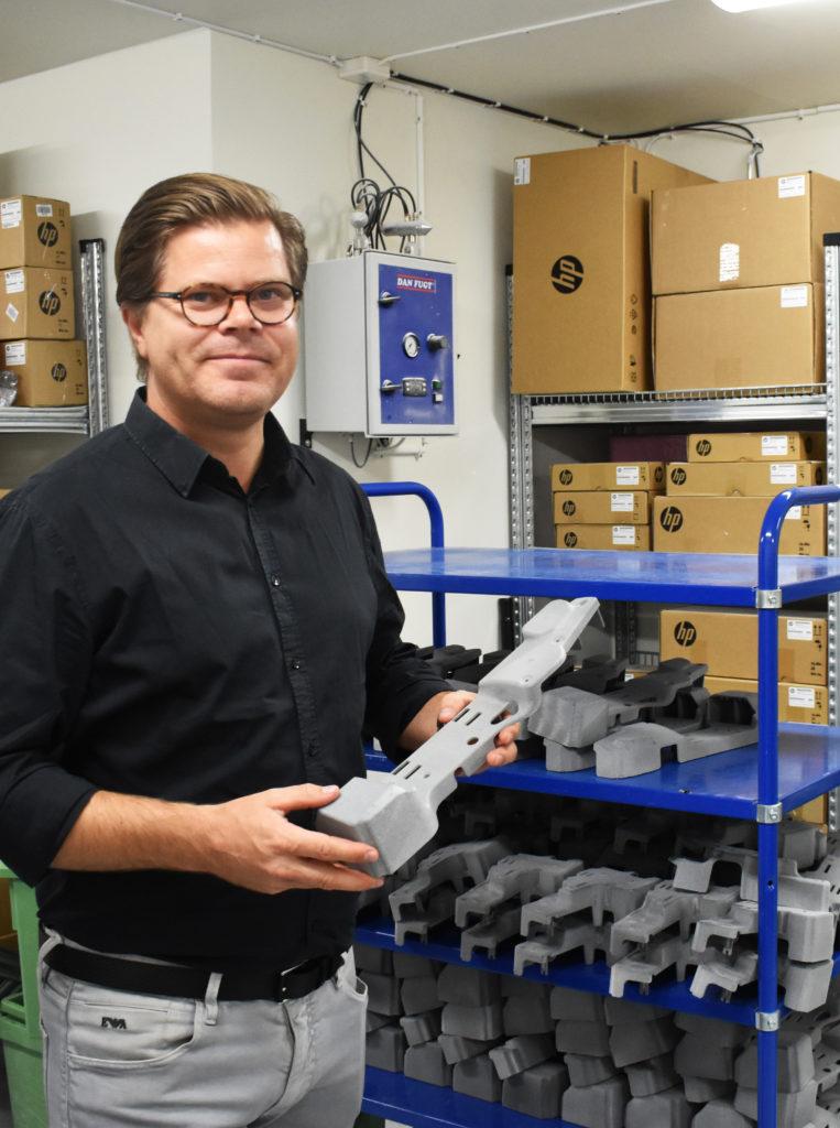 Maskiner för efterbehandling och materiallager ansluter till HP-rummet.
