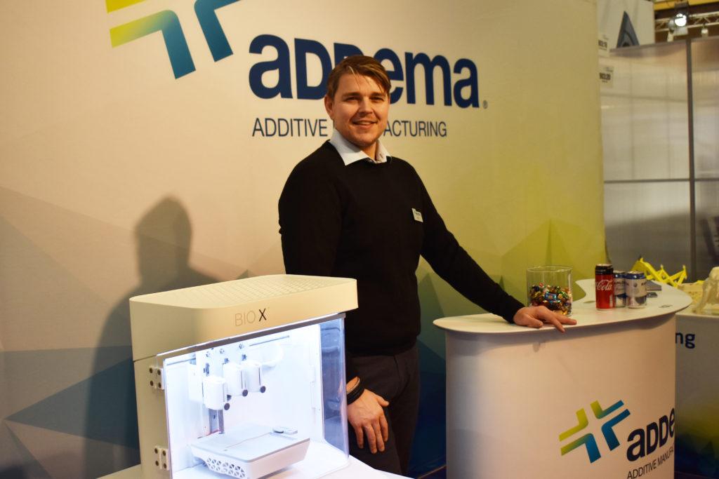 Samuel Löfstrand, vd på Addema, bredvid Cellinks 3d-skrivare Bio X.
