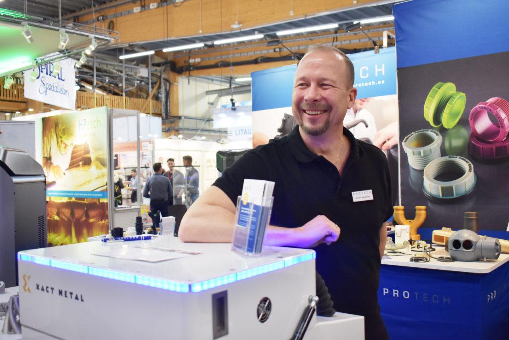 – Det är den här som är den nya, med en traditionell pulverteknik, en pulverbädd med laser, berättar Johan Nyström om Xact Metals 3d-skrivare som fanns att titta närmare på i Protechs monter under Elmia Subcontractor.