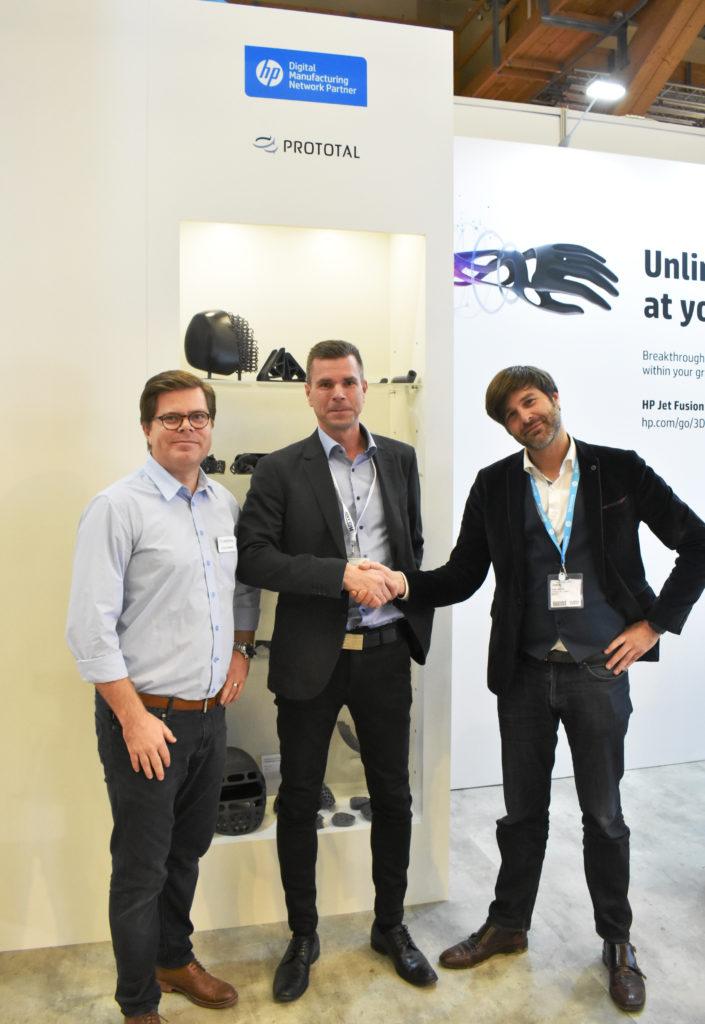 Jonas Sandwall, marknadschef på Prototal bredvid Henrik Lundell, vd Prototal, och Yves Jamers, säljare för den nordiska marknaden från HP, som tar i hand på det nya samarbetet.