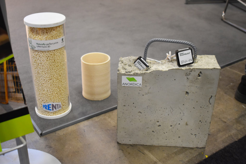 Granulat i biokomposit samt den nya utrustningen för betongbyggen.