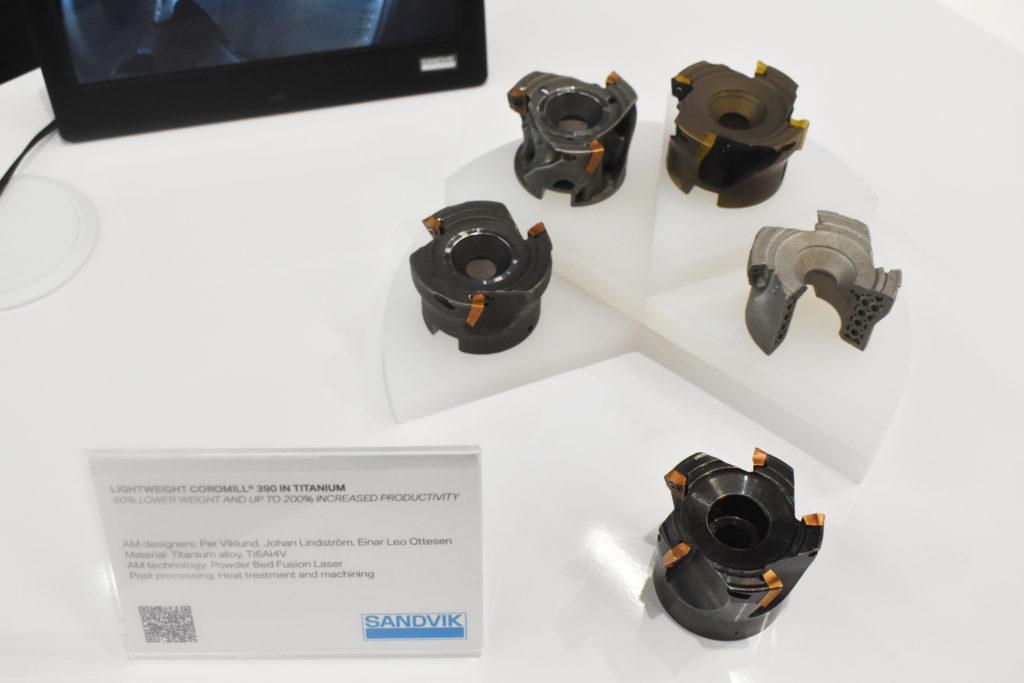 Ett exempel på en produkt som visades i montern var olika fräsar, som tillverkats med traditionell- och med additiv teknik. Den som tillverkats med additiv teknik är mycket lättare, vilket kan öka produktiviteten, säger Mikael.