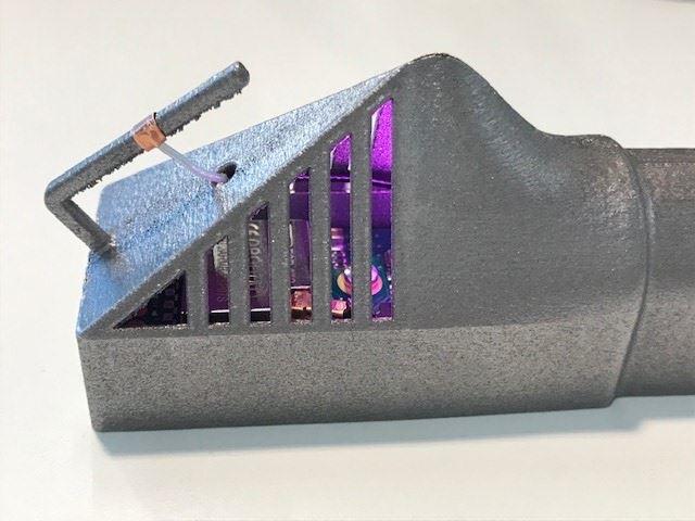 Elektronik som bäddats in i en 3d-printad komponent.