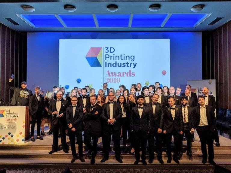 Redaktionen på 3D Printing Industry-webbplatsen tillsammans med förra årets prisvinnare på scenen. Foto: 3D Printing Industry