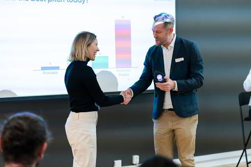 Emelie Strömshed från Anatomic Studios tar emot priset för bästa pitch framröstad av publiken.