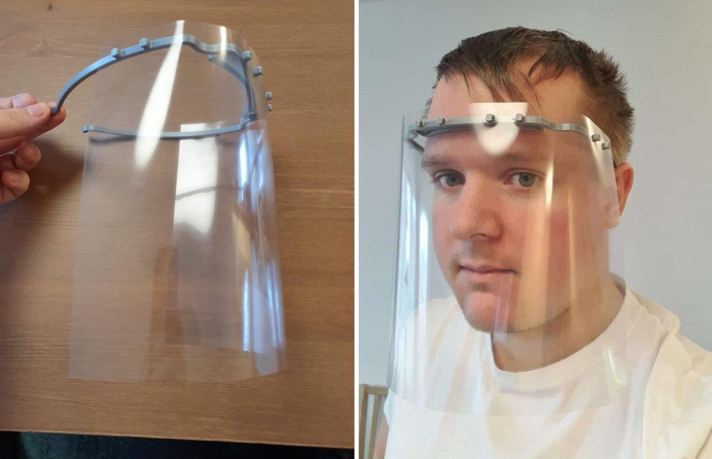 Ansiktsvisiret består av en båge som sitter mot pannan och en bit böjbar plast.