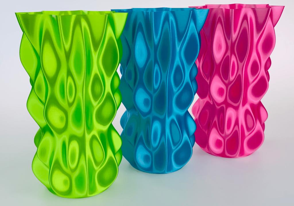 Fiberlogi FiberSilk Metallic i ljusgrön, turkos och rosa. Flera andra färger finns också tillgängliga hos tillverkaren.