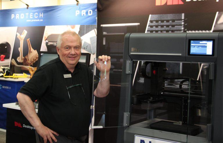 Evald Ottosson bredvid Desktop metals metallskrivare Studio Systems, som är en av metallskrivarna Protech levererar.
