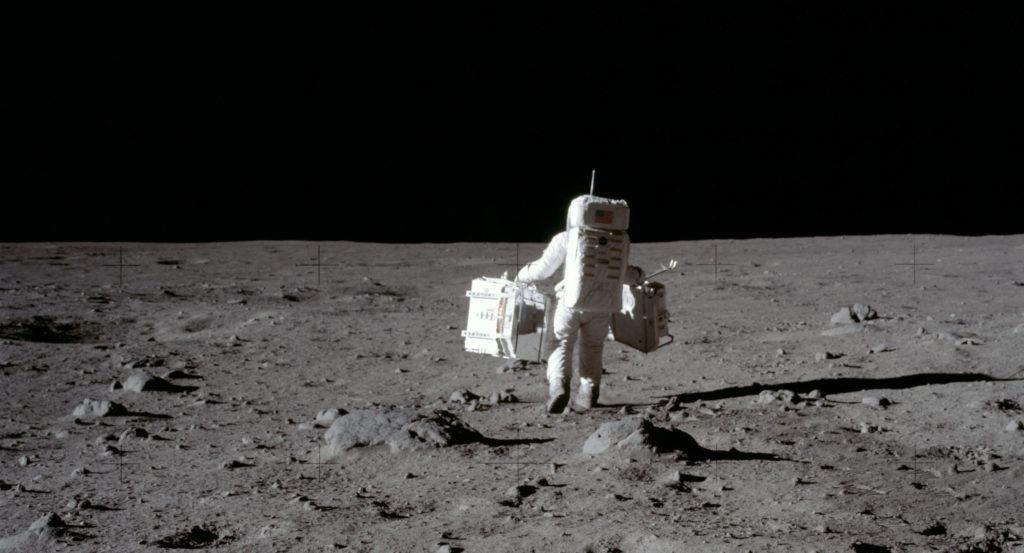 1969: Neil Armstrong tog denna bild av Buzz Aldrin som bar utrustning för att utföra experiment på månen. Foto: Nasa