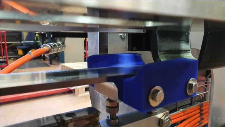 Spegelvända 3d-printade instyrningsklackar där många radier och övergångar skall samverka. Fungerar som hjälpstyrningar där en rund hylsa skall omformas till förpackningens färdiga tvärsnitt i ett steg.