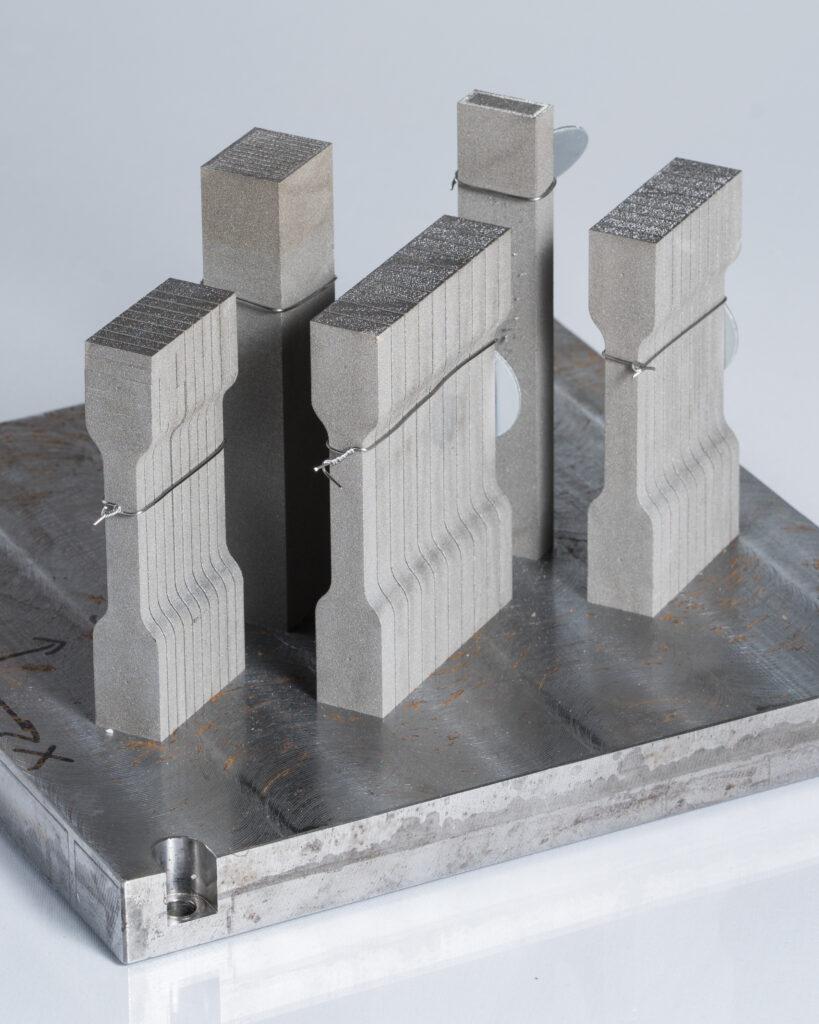 Provstavar tillverkade med additiv tillverkning för mätning av mekaniska egenskaper. God kontroll och repeterbarhet behövs för att kunna utveckla en standard.