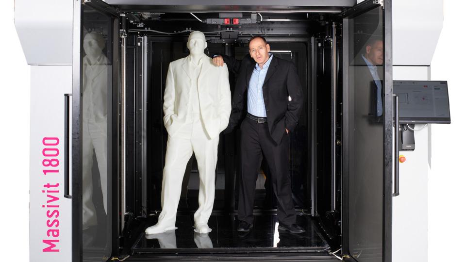 Massivits vd Erez Zimerman med sin 3d-printade tvilling, producerad i företagets Massivit 1800.