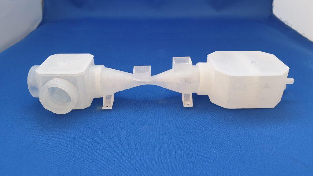 3d-printade delar till en respirator: luftflödesmätare, blandningskammare och inspiratorisk. Foto: Pressbild